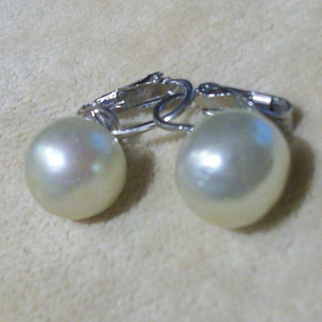 Vintage Crown Trifari faux mobe pearl clip on earrings