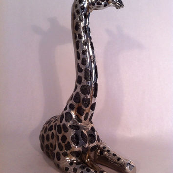 Metal Sitting Giraffe Statue - Abstract Modern African Wildlife Figurine Sculpture Home Decor