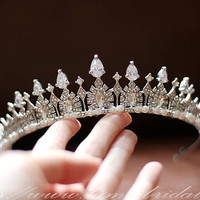 Siler Coloured Royal Princess Queen Wedding Hair Crown Tiara Adorned with Zirconia Crystal Pearl.
