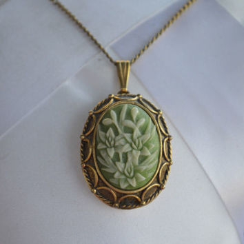 VINTAGE Vanda USA Locket Pendant Necklace Solid Perfume Floral Cameo 70s Jewelry
