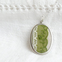 Textile necklace with green lace in vintage style by skrynka