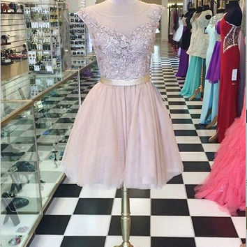 Knee-length Scoop Capped Tulle Appliques Homecoming Dress