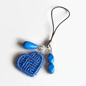 blue cell phone charm with macrame heart and wooden beads, keyring pendant, macrame accessory for mobile phones, pendant for cosmetic bags