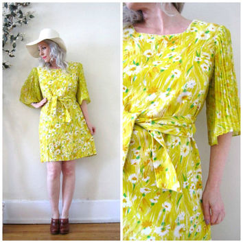 vintage 60's 1960's yellow white daisy mini dress acordian pleat bell sleeve linen / Mod Spring Summer boho hippie flower child Mad Men