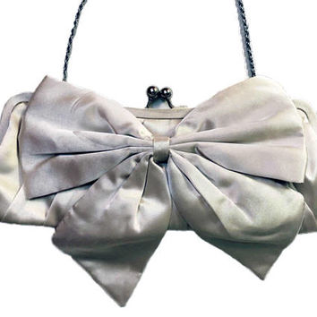 1950s LA REGALE Silky Satin Evening Bag with Large Bow Ornament / Ivory Kiss Lock Clutch Handbag with Optional Chain / Vintage Beige Purse