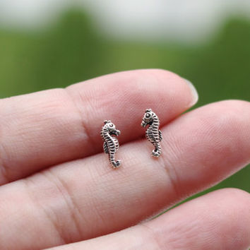 Tiny Seahorse stud earrings, Seahorse Sterling Silver Stud, Seahorse Earring, Cartilage Stud, Sea Creature, Beach Wedding, Tiny stud Earring