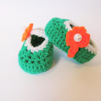 Irish baby booties / shoes, hand-crocheted in green,white and orange with shamrock pearl button. New born gift, pregnancy announcement.....