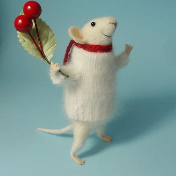 Needle Felted Animal , Christmas mouse , Mouse with a bouquet , Christmas Decoration , Art Doll , Waldorf animal , Eco-friendly