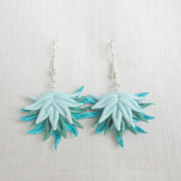 Leaf earrings handmade from turqoise green light by NellinShoppi