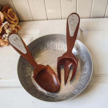 Vintage Hand Forged Steal Hammered Metal Salad Bowl with Serving Utensils, Ornate Salad Bowl with Wooden Large Fork and Spoon, Shabby Chic