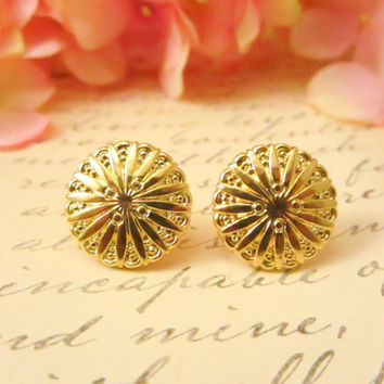 Vintage gold starburst disc earrings by Reneeloveandco