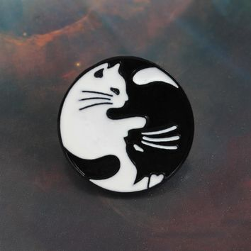 Round Cat Badge Brooch Retro Black cat White cat Gossip Angel Couple Cat Denim Knit Enamel Pin Lovers and Child Friends Gifts