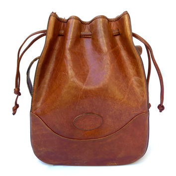 OROTON!!! Vintage 1980s 'Oroton' tan leather cross body bucket bag with drawstring top and adjustable tooled shoulder strap