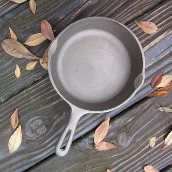 Small Vintage Cast Iron Skillet/ Frying Pan