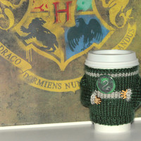 Slytherin coffee cozy. Hogwarts house sweater. Harry Potter inspired knit cup cozy Starbucks cup holder Emerald green Silver Travel mug cozy