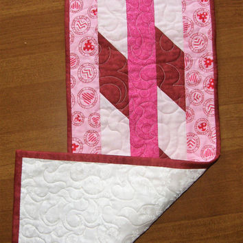 Valentine Day Quilted Table Runner, Red Pink Table Runner, Quiltsy Handmade, Valentines Day Decor, Valentines Table Runner, Red Pink Quilt