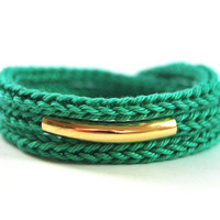 Emerald green wrap bracelet with gold bar. Knit bracelet with gold plated tube, stacking bracelet