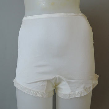 Vintage 1940s Panties, White Rayon Jersey, 25 waist, 33 hips, Small size 5 - Short leg, Slightly Sheer with Lace Trim