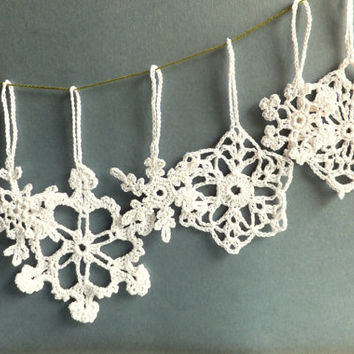 Handmade Christmas tree ornaments, white decorations, crocheted snowflakes with hanging loop /set of 6/