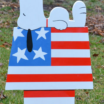 Snoopy from the Peanuts gang sleeping on Independance day July 4 Lawn stake
