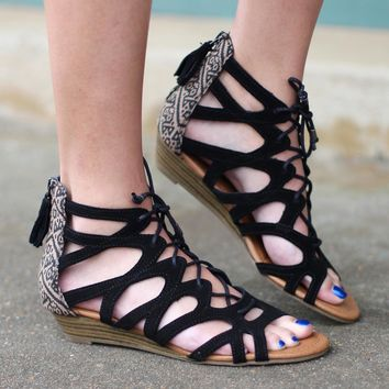 Minnetonka: Merida II Low Wedge Sandals{Black}