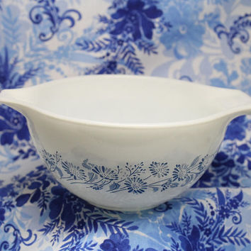Blue Flower Design Pyrex White Mixing Bowl 750 ml  Colonial Mist Pattern