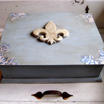 French Chic Jewelry, Wedding gift card box, Treasure Box, painted and distressed with Chalkpaint, magnet board inside, lined with fabric