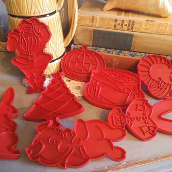 8 vintage Tupperware cookie cutters .... lil pig ... birthday cake ... jack o lantern ... bunny ... ginger man ... turkey ... Santa ... Tree