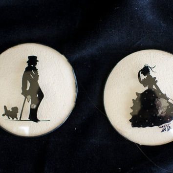 Picture Of Silhouettes Reverse Painting In Miniature Round Frame with Concave Glass