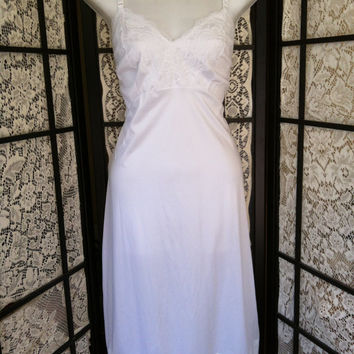 Vintage Dixie Belle Wide Lace Anti-Static Full Slip White 40 Nylon Antron III