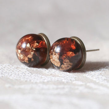 Gold in caramel. Earrings cloves (pusety).  Ball of jewelry with epoxy resin immersed in it flakes gold.