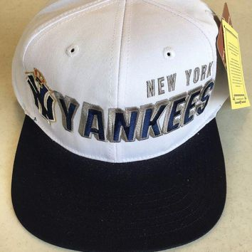 CREYONC. AMERICAN NEEDLE NEW YORK YANKEES RETRO WHITE AND NAVY FLAT BRIM SNAPBACK HAT