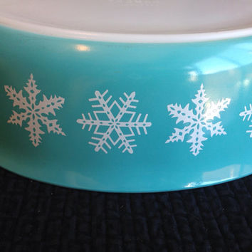 White Snowflake on Turquoise Pyrex 2.5 QT Oval Casserole Dish- Vintage 1960's