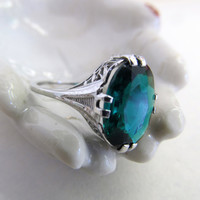 Gorgeous Vintage 10k Filigree White Gold Ring with Vibrant Green Stone- Size 4.75