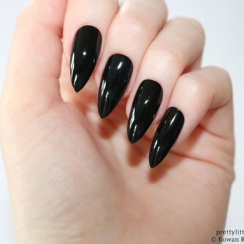Black stiletto nails, Fake nail, Stiletto nail, Kylie jenner, Black stiletto nail, Press on nail, Acrylic nail, Fake nail stiletto