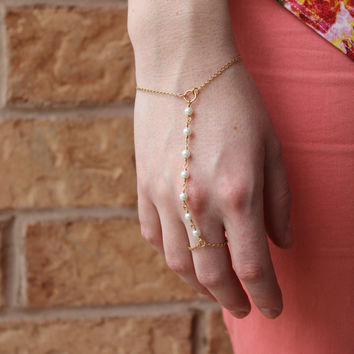 Pearl and Gold Hand Chain. Body Jewelry. Beachy Hand Chain. Bracelet and Ring. Delicate Hand Chain. Wedding Accessory