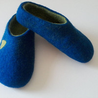 Custom made handfelted Men slippers/house shoes/clogs. Dark blue with bright green inside and bright green ornoment.