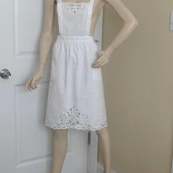 1980s Vintage White Bib Apron with Battenberg Lace Trim, 25 Inches Long From Waist, 2 Pockets, All Cotton, Button Straps, Vintage Apron