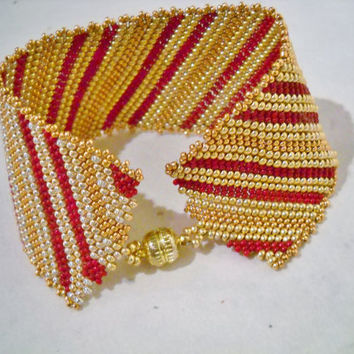 Wide peyote bracelet in the colours gold, capri gold and red, with diagonal stripes, goldcolour bracelet, goldcolour jewelry