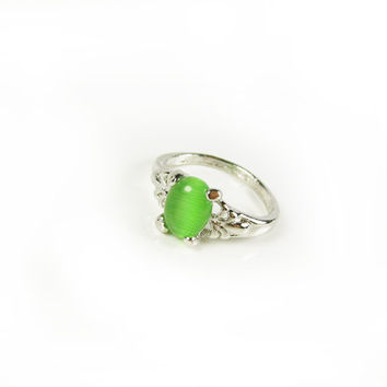 Vintage Lime Green Moonglow Ring / Peridot Birthstone August / Size 5 Ring / Affordable Engagement Ring - Bague de Préchauffage Lune.