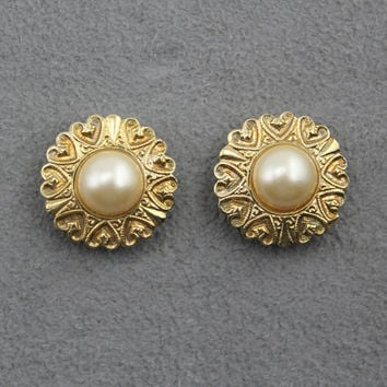 15 mm Round Deco Brass Button Magnetic Clip On Earrings With Creme Pearl Center