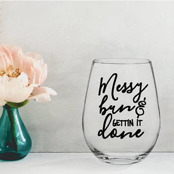 messy bun and gettin it done, mom wine glass, mothers day gift, gifts for mom, gifts for her, new mom gift, mom to be gift, baby shower gift