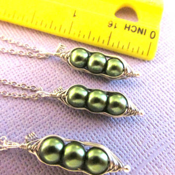 20% OFF SHOP SALE Green best friends three peas in a pod necklace set