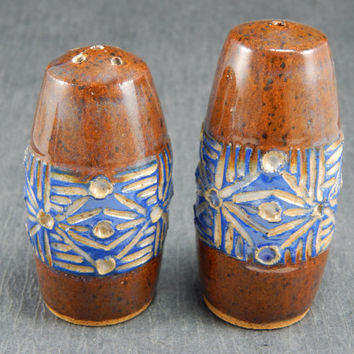 ceramic salt and pepper shakers, sgraffito pottery, red salt and pepper, stoneware shakers, ceramic tableware