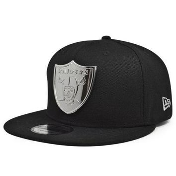 sports shoes 7afed 6ddce Oakland Raiders METAL BADGE Snapback 9Fifty New Era NFL Hat -Bla