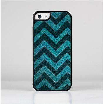The Teal Grunge Chevron Pattern Skin-Sert Case for the Apple iPhone 5c