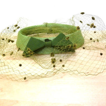 Vintage Green Pillbox Hat / Birdcage Veil Hat / Face Veil Hat / Womens Fascinator Hat / Bow Hat / Halo Hat / Cocktail Hat / Wedding Veil Hat