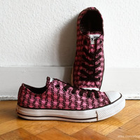 Skull print bright pink & black Converse, vintage low top All Stars with black laces. Size eu 39,5 (UK 6.5, US wo's 8.5, US men's 6.5)
